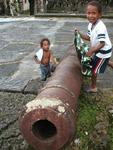 Panamanian kids trying to camouflage a cannon.